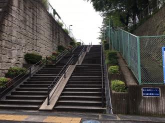 エレベーターが設置される県立体育センターに至る階段